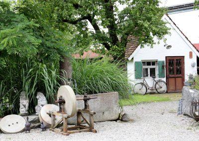 Antik-Hof Harzenetter Hof und Schuppen